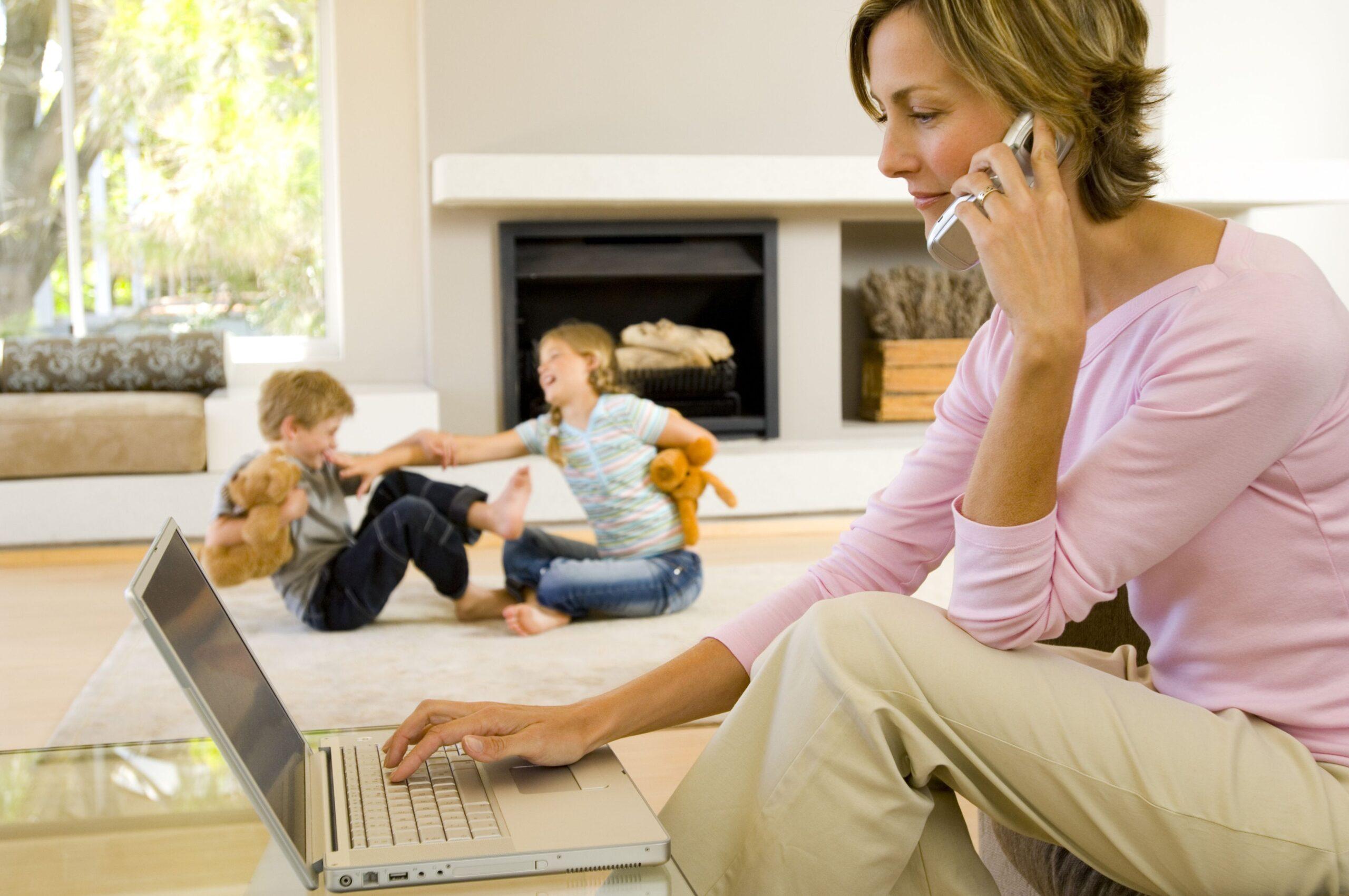 Una mamma che lavora in casa… sta lavorando