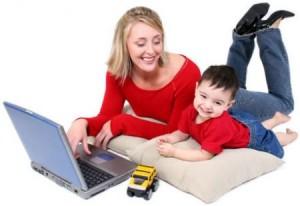 mamma lavora con bambino