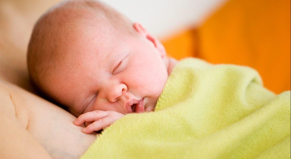 Tenere in braccio il neonato per un accudimento ad alto contatto