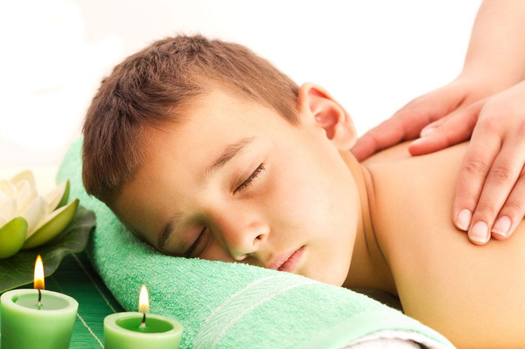 Massaggio infantile, contatto tra genitori e figli in crescita