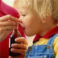 bambino prende medicina