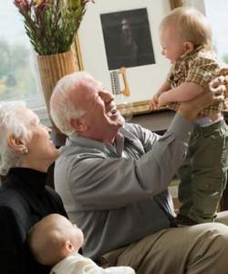 nonni aiutano in separazione con bambini
