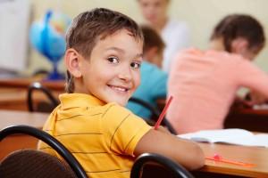 pedagogia-montessori-bambino-banco