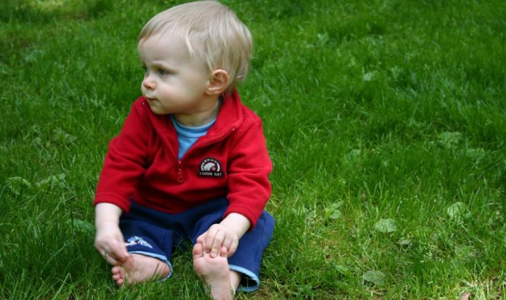 Il bambino che gioca a piedi scalzi, più intelligente e felice