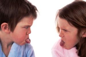 bambini irruenti fanno linguaccia