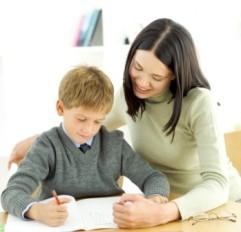 mamma e bambino fanno scuola a casa