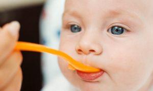 Svezzamento del bambino: sarà lui a dirci quando è pronto