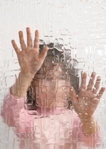 violenza bambini dietro vetro